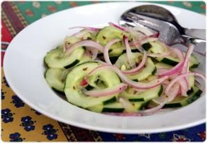 recette de crudités concombre et oignon rouge